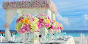Eine Frau kann einen männlichen Begleiter als Begleitung zu Hochzeiten oder geschäftlichen Terminen buchen.